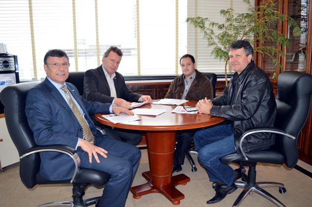 FCDL/SC formaliza parceria com Sicoob