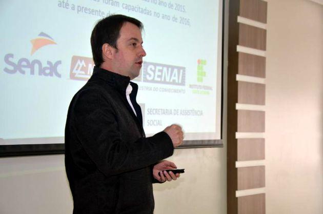 Núcleo Jovem da CDL Lages recebe secretário em evento