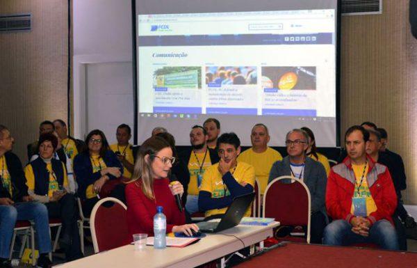 Agente de contas da Marcca Comunicação, Arieli Silva, mostra as novidades