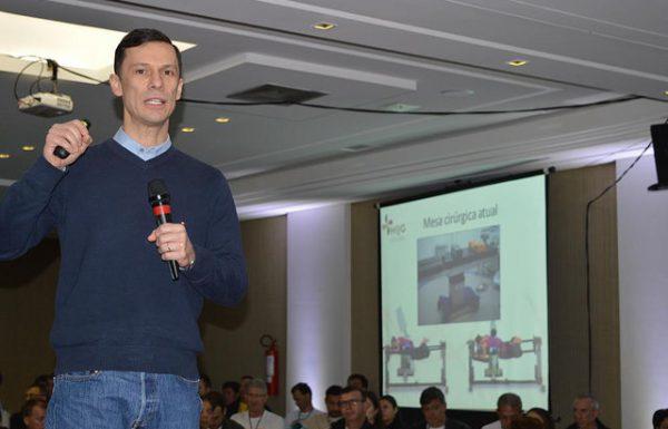 Dr. André explica sobre a importância de nova mesa cirúrgica