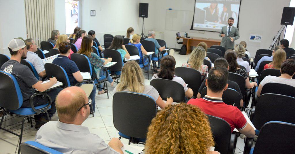 Valdemir da Silva ministra o primeiro treinamento para associados da CDL sobre o Registro com Protesto